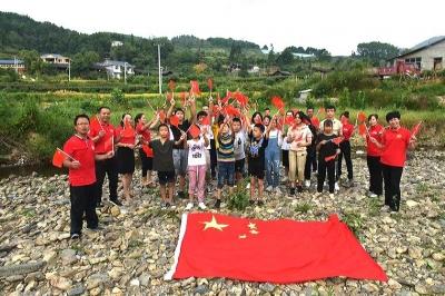 三地志愿者探访湘西留守儿童共迎国庆