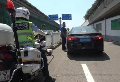 惊险!机场黑车司机遇检暴力冲撞护栏