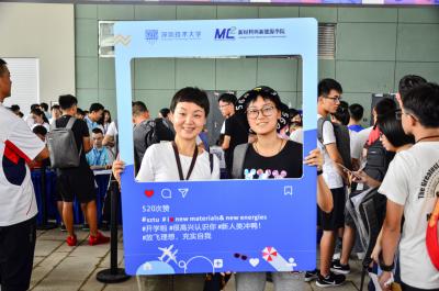 """深圳技术大学迎来800余名""""萌新"""",智慧教室玩转黑科技"""