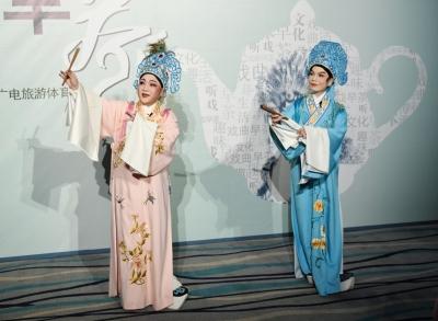 """来深圳戏院品""""戏曲早茶"""",观看这场华韵越剧团的《梁祝》经典折子戏"""