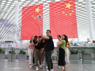 """""""国旗红""""装点航站楼 喜庆又漂亮"""