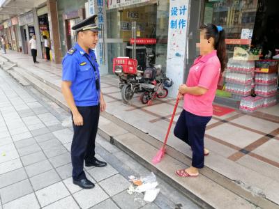龙岗坂田街道一便利店垃圾扫至公共过道 被开千元罚单