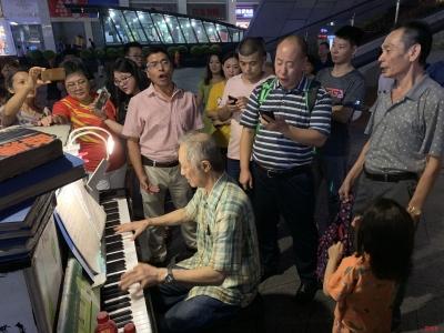 """华强北商业街来了一位""""钢琴爷爷"""",观众围观到晚上10点多仍不愿离去…"""