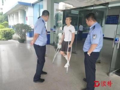 光明分局新湖派出所初级警员于洋:拄着拐杖也放不下工作
