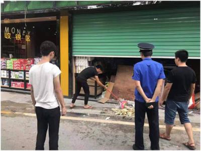 宝安福海街道一商户往马路扫垃圾引来千元罚单