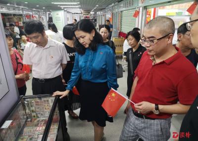 桂园街道新围社区举办红色邮票展,庆祝新中国成立70周年