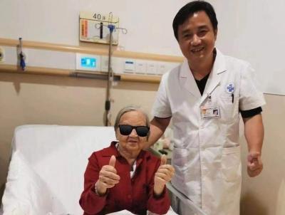"""90歲老奶奶""""中招""""乳腺癌卻有""""90后心態"""" 團隊盡全力救治"""