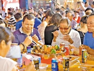 """暢聊鄰里親情,共慶""""華光寶誕"""" 甲岸4000余居民同吃大盆菜"""
