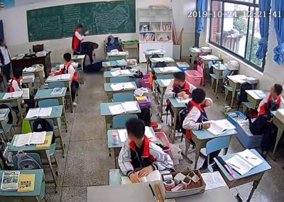 四川仁寿一老师在教室被学生持物猛打头部,仍在ICU未苏醒