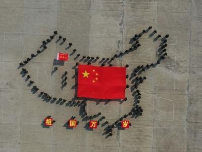 千名新兵看完國慶閱兵后 擺出中國地圖
