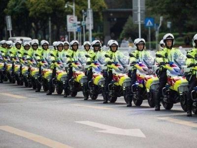 遏制夜间交通违法行为 光明交警铁骑+拖车每天夜巡9小时
