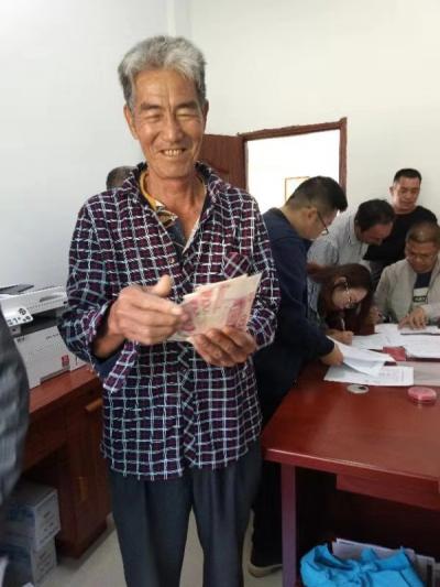 坡平村36户贫困户喜领产业扶贫分红资金