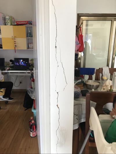 怡宝花园居民质疑路边施工导致房屋墙壁开裂 等待第三方鉴定结果