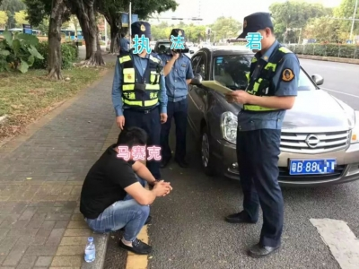 无证网约车遇查,竟然狂撞车辆逃跑,还威胁乘客!