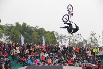 深圳運動健將張智勇在小輪車上玩出全國雙冠軍