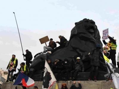 法国遭遇新一轮响应大罢工的示威游行 34万人参与
