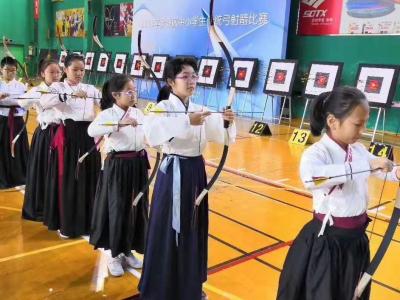 穿着汉服来射箭,帅气十足!  罗湖区中小学生传统弓射箭赛举行