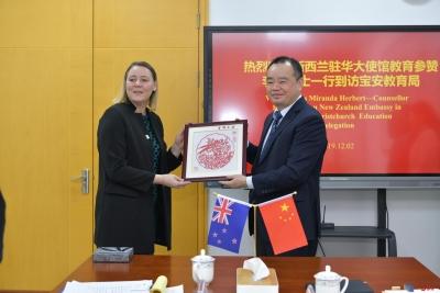 新西蘭駐華大使館教育參贊一行到訪寶安,3校簽訂合作意向