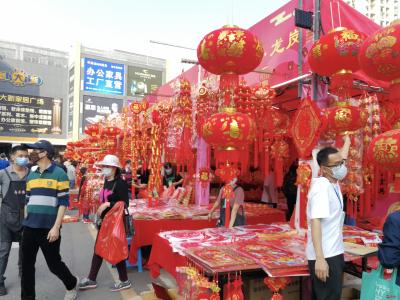 深圳市民戴口罩逛花市,購鮮花紅燈春聯迎春節