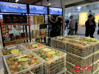 首届消费扶贫交易博览会上,罗湖展出对口帮扶广西两县农产品