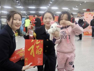 """深圳火车站小年送""""福""""铺就爱心旅途"""
