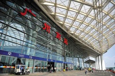 节后首趟川粤返岗农民工专列抵达广州南站,917名川籍农民工免费返岗