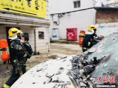 广西桂林一居民楼起火 消防员成功营救疏散12人