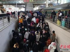 40天春运结束 中国铁路发送旅客2.1亿人次同比降逾48%