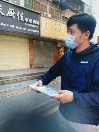 疫情之下,他在城市穿行,给班上每位学生包邮去了20个口罩