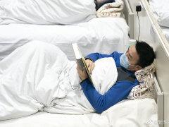 武汉方舱医院里的阅读者
