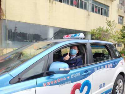 """深圳出租车打造抗疫""""暖心防护舱"""" 塑料膜隔离出租车驾驶员和乘客"""