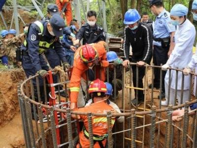 工人跌落10米深基坑,消防員快速實施救援