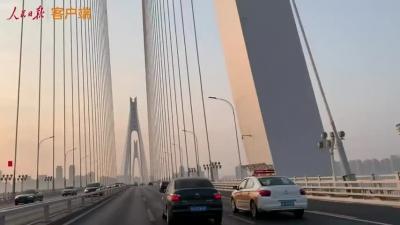 看!朝陽下,武漢的出租車上街了