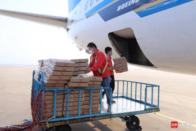 """""""客改貨""""國際航班起飛 南航運載6噸貨物從潮汕機場飛赴曼谷"""