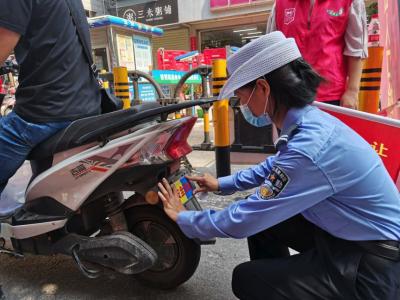 """福永开展电动车""""亮尾行动"""" 让安全看得见"""