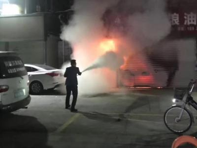 粮油店半夜冒浓烟,热心居民齐力撬门灭火