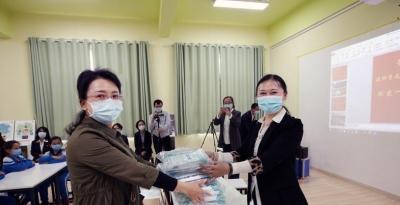 """深喀""""千校手拉手""""互助抗疫情 喀什孩子戴上了深圳捐助的口罩"""