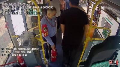 路遇小车相撞起火 西部公汽大巴司机邓程业一个举动救了它