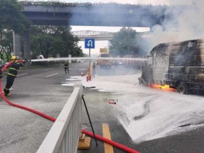 电动货车追尾起火,第一视角视频还原现场
