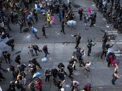 西雅图抗议现场爆发警民冲突 警方用闪光弹驱散人群
