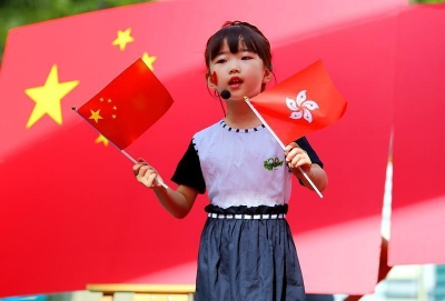 敬礼!深圳萌娃升国旗唱国歌庆香港回归