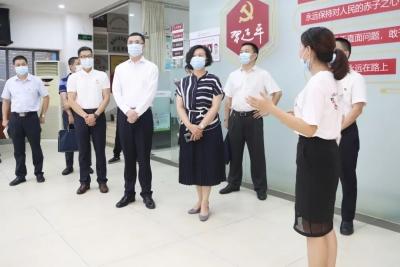 市委老干部局領導到龍崗區調研離退休干部工作