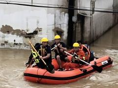 安徽芜湖连续降雨至村中积水 多名人员被困 消防员连夜涉水紧急救援