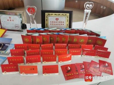 """23年無償獻血350次,""""中國好人""""賴嘉河還捐獻了一批獻血證、獎章"""