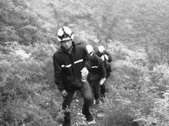 四人欲爬箭扣长城被困野山 消防员用身体搭桥救援