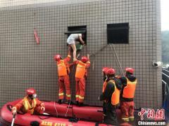 武汉连降暴雨 消防紧急营救百余名被困群众
