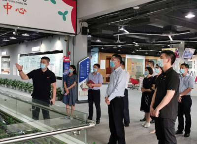龙岗区委常委、组织部部长王清科率队到南山区党群服务中心参观学习