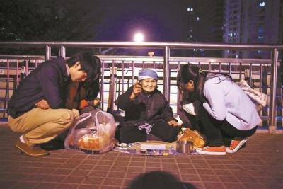 深圳影像志 | 天桥上的卖画阿婆(2011年)