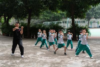 广州海珠这所学校课间操练龙形拳