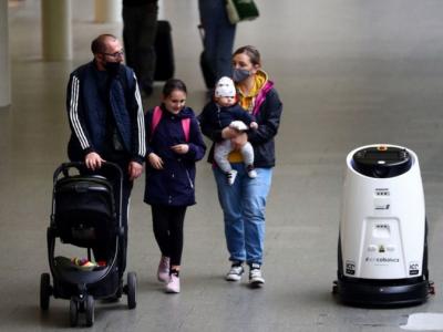 为恢复乘客使用公交工具的信心,伦敦火车站引进杀菌机器人